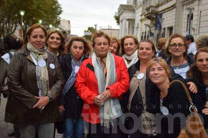 Con la presencia de Mirta Petrocini, la FEB realizó una vigilia docente en el Paseo Mendía