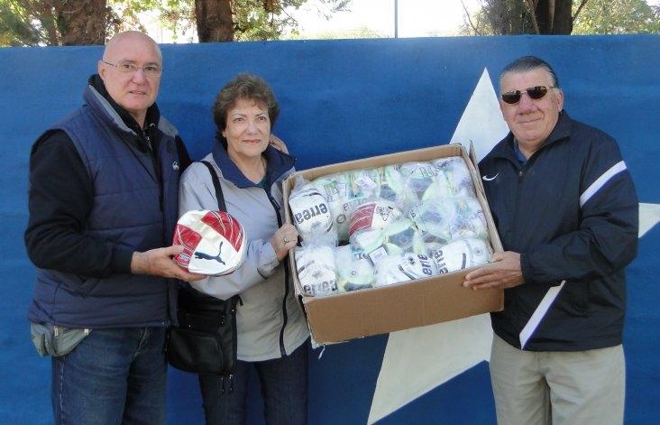 Gabriel Raimondi donó pelotas de fútbol a Racing