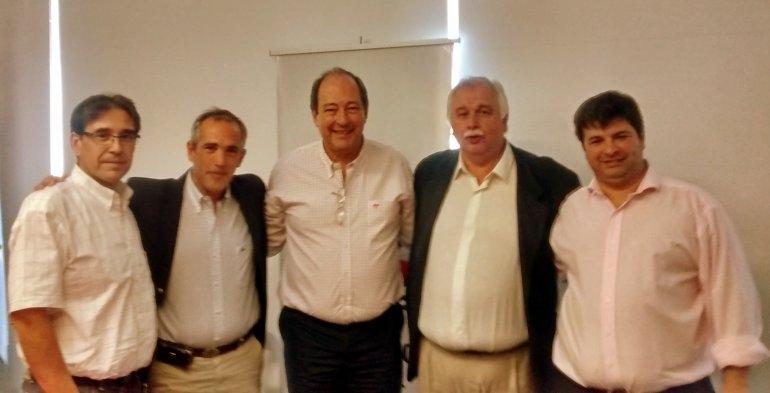 Dirigentes locales de la UCR junto a Ernesto Sánz