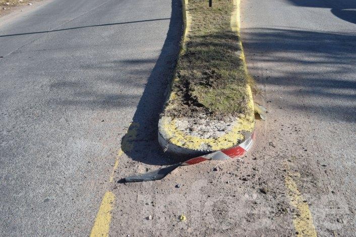 Pasó rápido la rotonda, chocó y salió despedido del auto