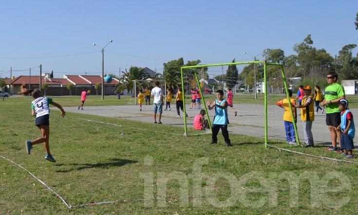 """Los chicos disfrutaron del """"Handball Barrial"""""""