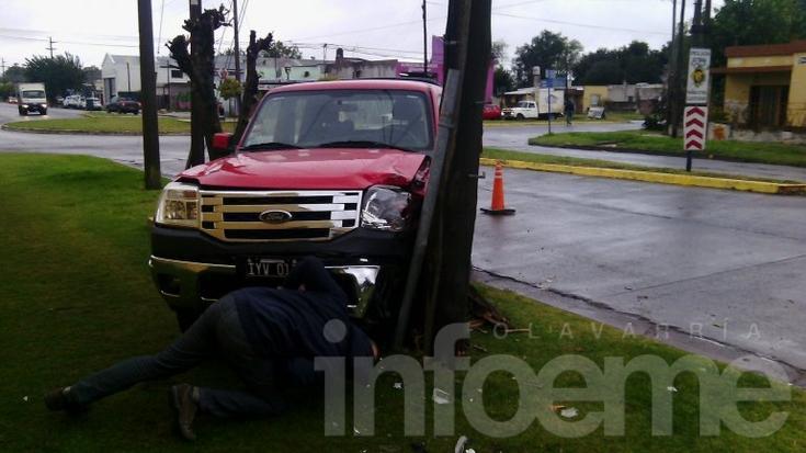 Una camioneta embistió un poste de teléfono