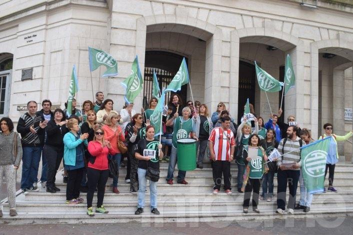 Ruidosa protesta de ATE en las escalinatas de la Municipalidad