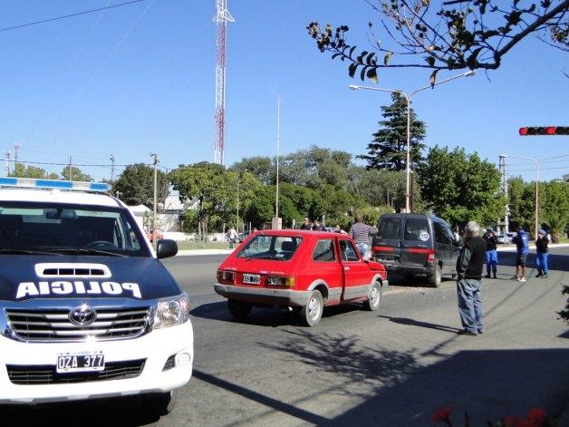 Dos personas hospitalizadas tras chocar en semáforo