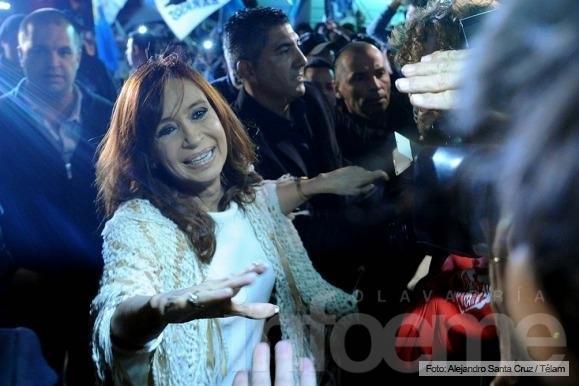Cristina Kirchner llegó a Buenos Aires y recibe el apoyo de los militantes K