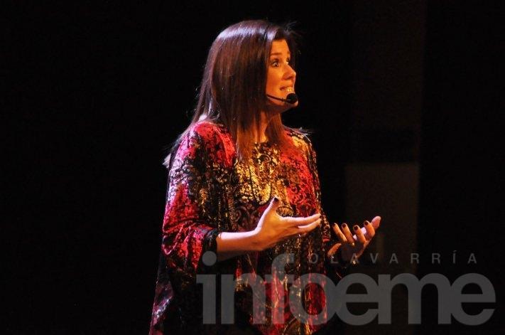 A teatro lleno y público aplaudiendo de pie, verla a Pilar es un rotundo éxito