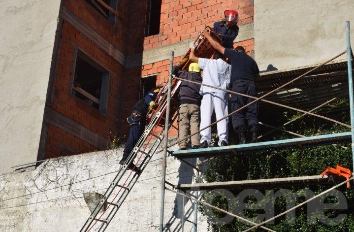 Obrero gravemente herido: trabajaba en lo alto de un edificio