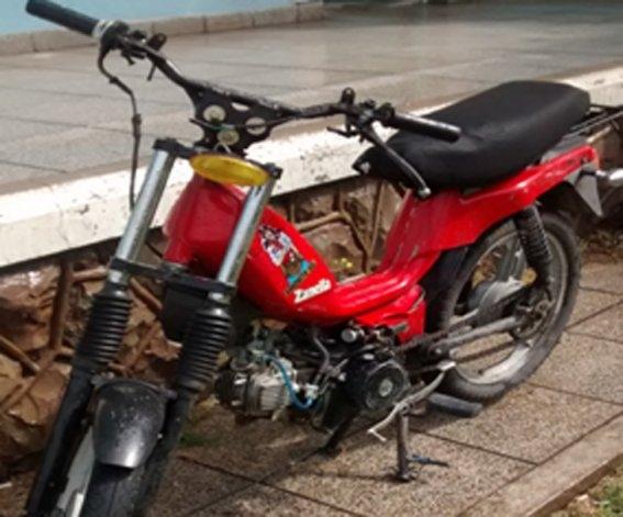 Escapaban en una moto robada y se pelearon con la Policía