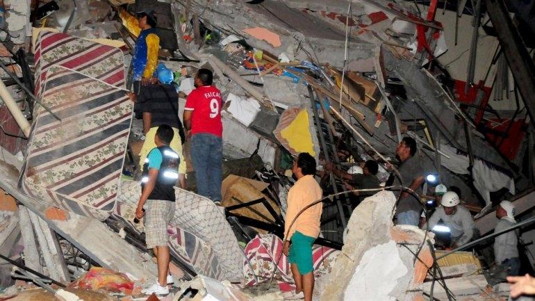 Son más de 200 los muertos tras un fuerte sismo que sacudió a Ecuador