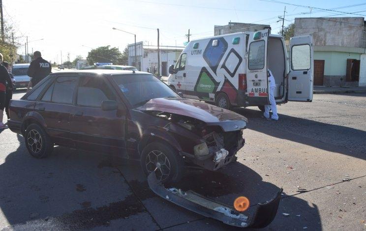Mujer herida en fuerte choque entre dos vehículos