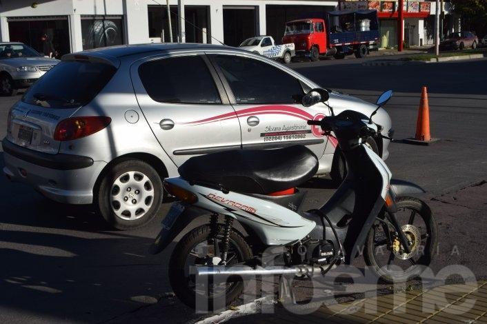 Un auto y una moto chocaron en Avenida Pringles