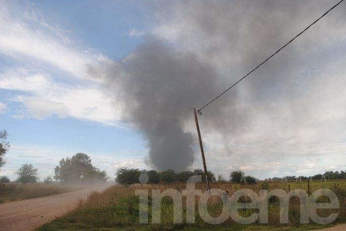 Incendio de pastos naturales cerca de una fábrica de explosivos