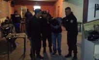 Clausuraban un bar y lo atraparon armado con droga