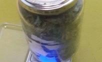 Aprehenden a un joven con frasco de marihuana