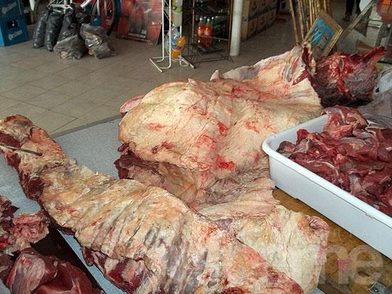 """Decomisan carne de """"presunta faena clandestina"""" en comercio"""