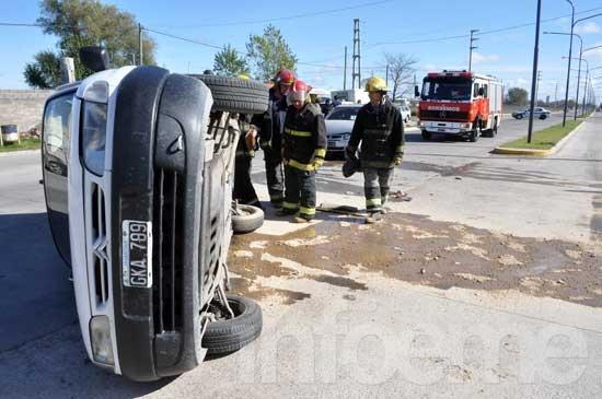 Camioneta chocó con un auto y terminó volcada