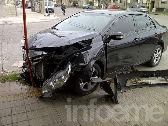 Auto terminó en la vereda de un comercio en violento accidente