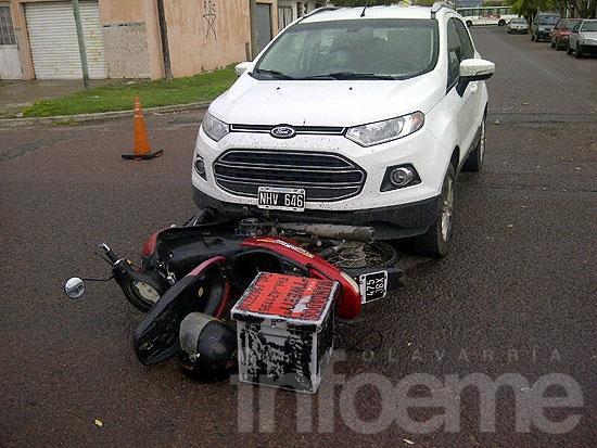 Motomandado herido en choque con camioneta