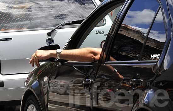 Impulsan proyecto que prohíbe fumar en vehículos particulares