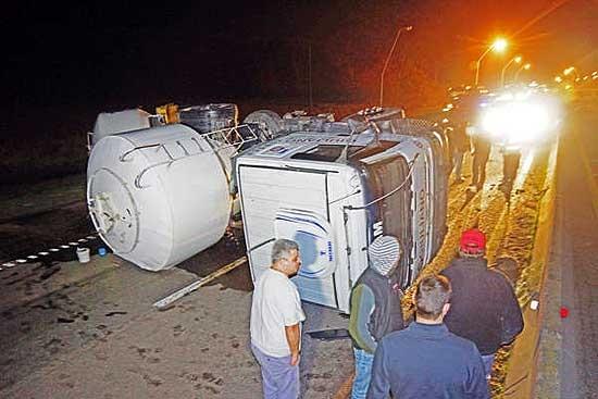 Camionero olavarriense volcó sobre la Ruta 226