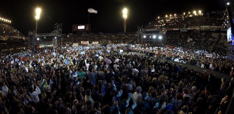 Massa formalizó su candidatura ante más de 50.000 personas en Vélez