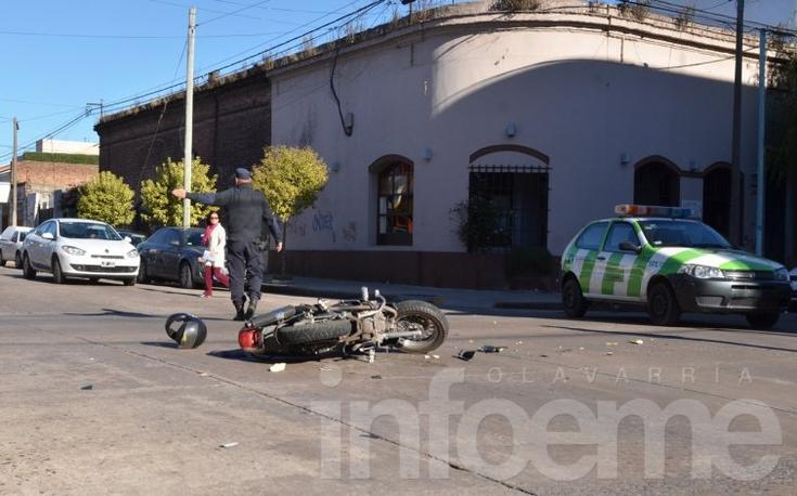 Motociclista herida en choque con un auto