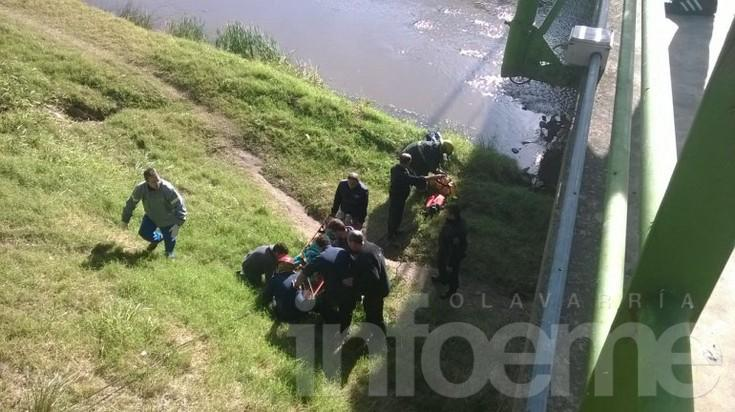 Rescatan a una mujer que cayó al arroyo Tapalqué