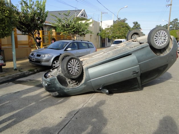 Vuelco en Pueblo Nuevo: el conductor resultó ileso