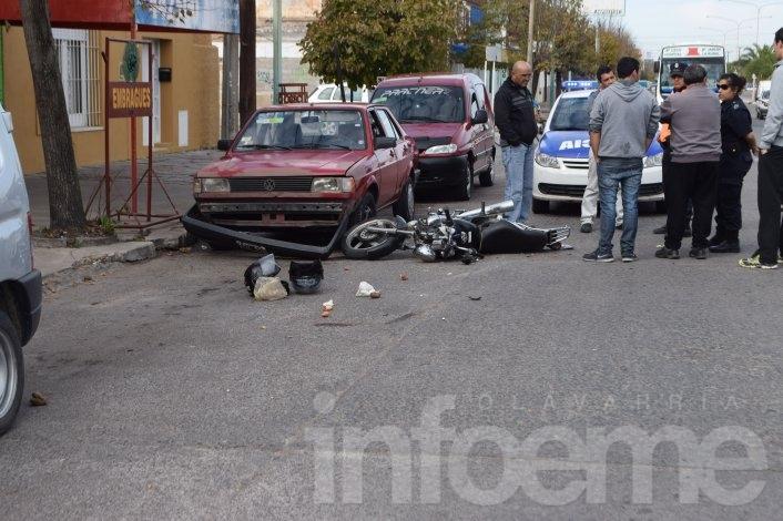 Motociclista herido al ser encerrado por un vehículo