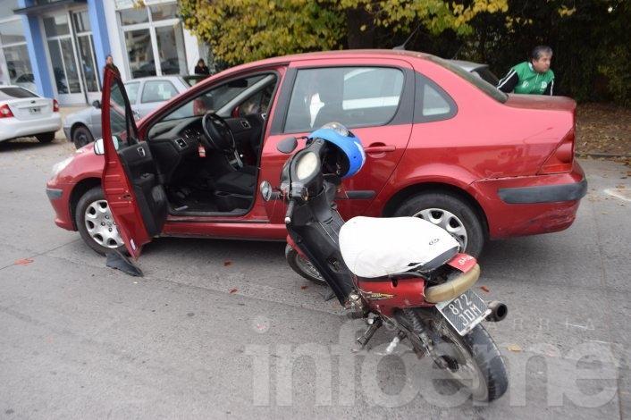 Motociclista herida al chocar con un automóvil