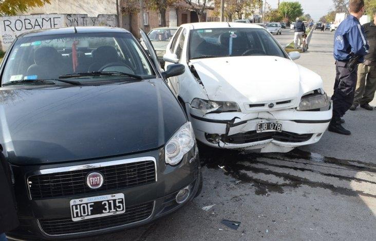 Chocaron dos autos: sólo chapa