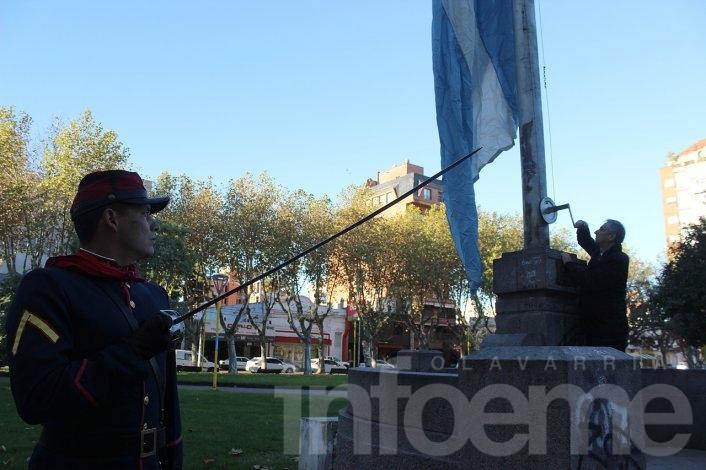 Revolución de Mayo: El intendente Eseverri izó la bandera y encabezó el tradicional Tedéum