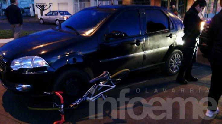 Un auto y una bici chocaron en una rotonda