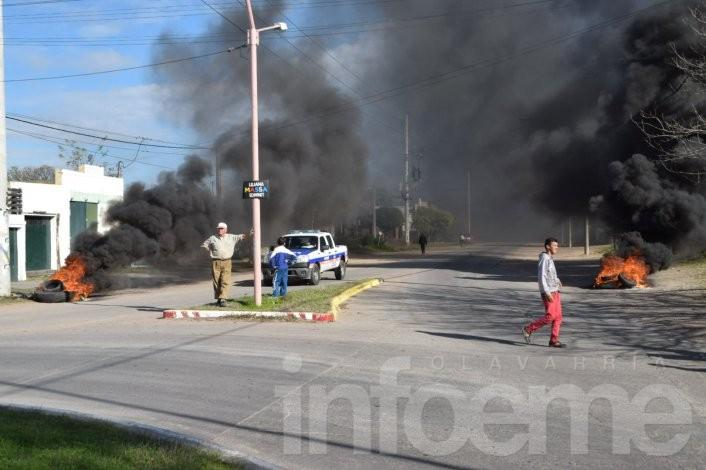 Como en 2014, vecinos quemaron  cubiertas y protestaron a metros de La Rural