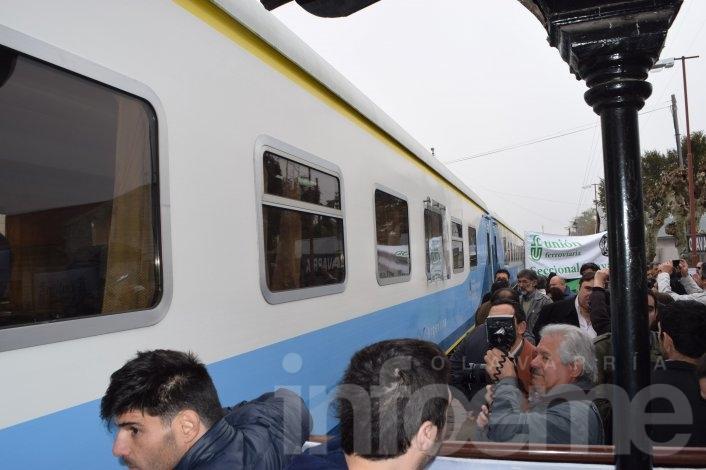 Emoción y alegría en la llegada del tren a la estación