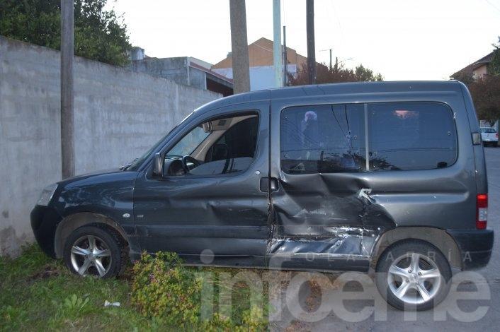 Fuerte choque entre dos autos, uno casi impacta contra un paredón