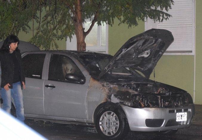 Se incendió un auto en pleno centro