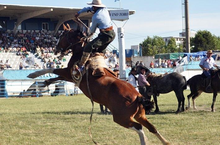 El Festival de Doma y Folclore se realizará en el Club Racing