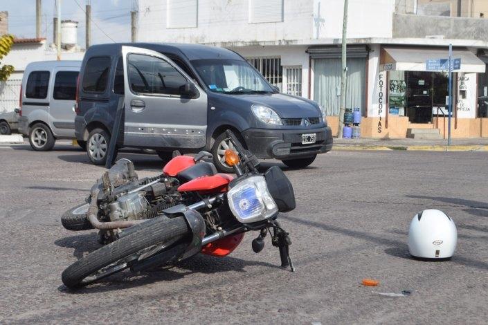 Motociclista herido luego de chocar con una camioneta