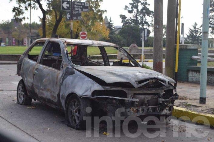 Les robaron el auto y se lo incendiaron