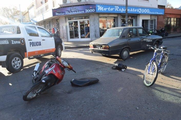 Un auto y una moto chocaron en el centro