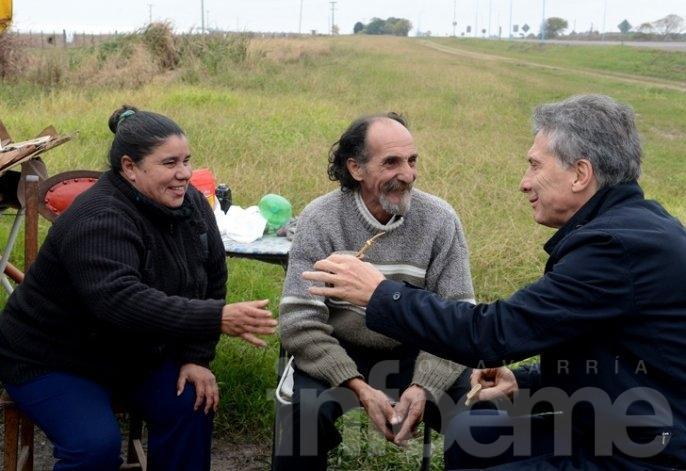 Macri sorprendió a vendedores de tortas fritas en la ruta