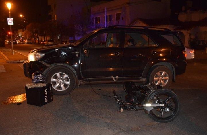 Motomandado con heridas graves en choque con camioneta