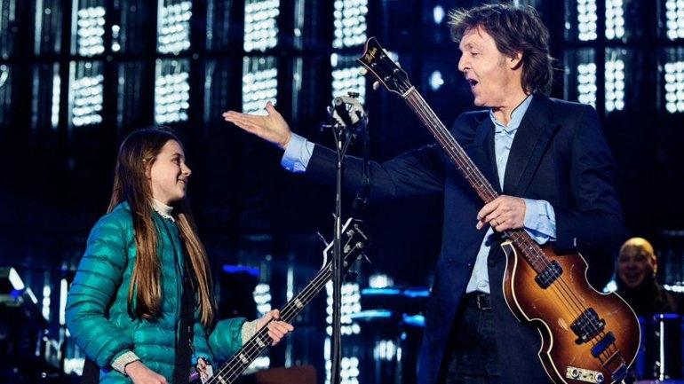 Leila, la niña que tocó el bajo con Paul McCartney