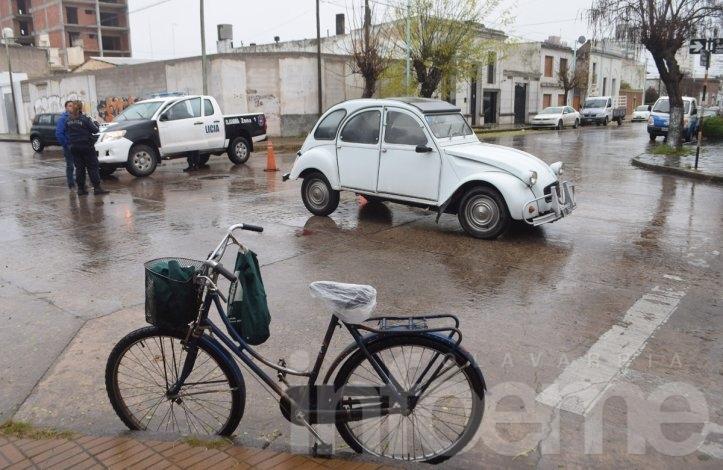 Ciclista herida al ser chocada por un auto