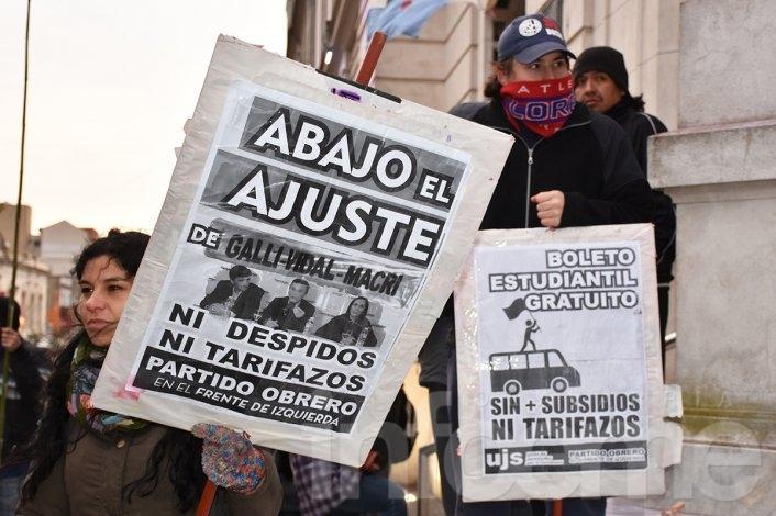 Estudiantes desafiaron al frío y se manifestaron contra el veto al boleto