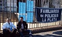 Penitenciario olavarriense se encadenó en la Gobernación tras ser dado de baja