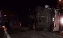Chocaron dos camiones y uno quedó volcado sobre la Ruta 226