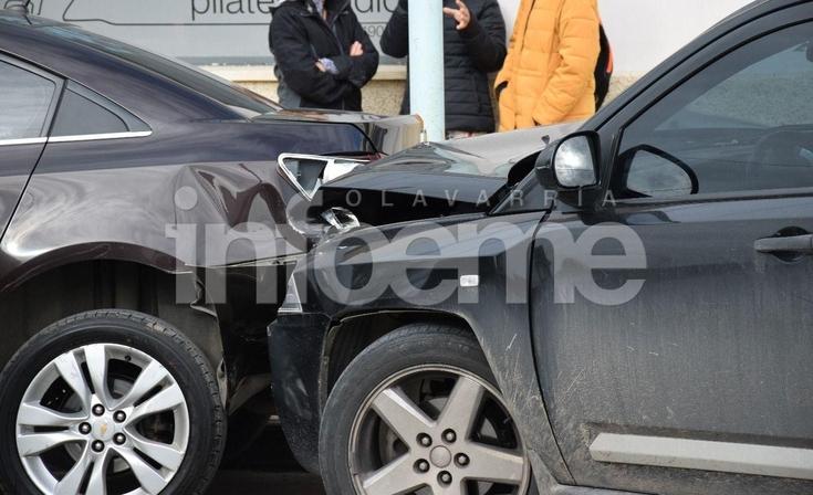Violento choque entre dos vehículos, uno terminó contra un auto estacionado