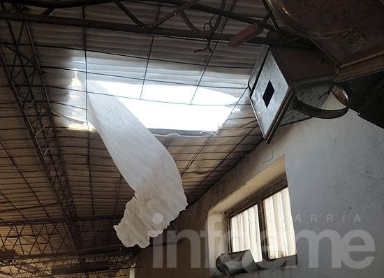 Hacen un boquete en el techo y roban en Materiales Pellegrini
